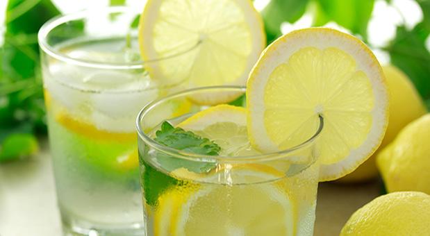 Czy szklanka wód z cytryna na czczo pomaga schudnąć